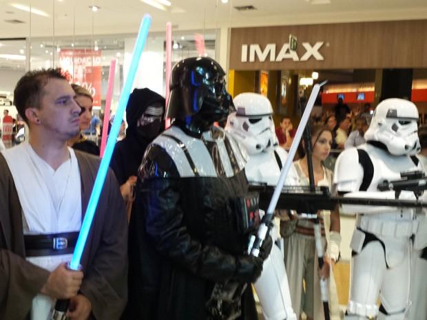 Nilton Chaves, o Darth Vader, se prepara para sair em comitiva com Stormtroopers (Foto: Thais Pimentel/G1)