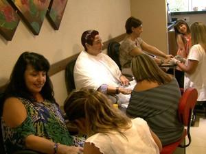 Salão em São Carlos tem três manicures, mas precisa de mais três (Foto: Manicures devem usar luvas para trabalhar com clientes, manicure, são carlos, )