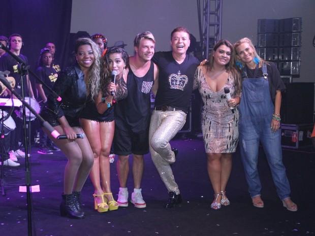 MC Ludmilla, Anitta, Thiago Fortes, David Brazil, Preta Gil e Carolina Dieckmann em show na Zona Sul do Rio (Foto: Rodrigo dos Anjos/ Ag. News)