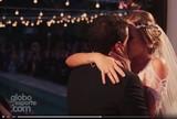 """Casamento de Mineirinho tem beij�o, """"desfile"""" sobre piscina e emo��o; v�deo"""