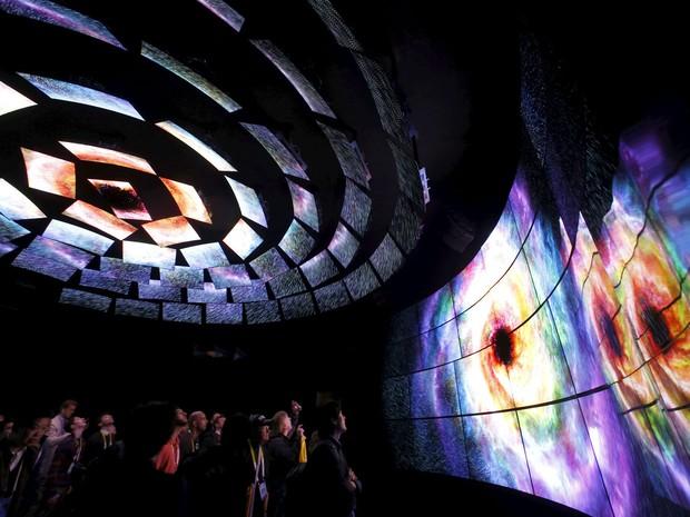 Visitantes da CES 2016 conferem TVs 4K OLED no estande da LG (Foto: Steve Marcus/Reuters)