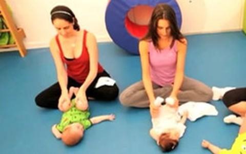 Em forma após a gravidez: mãe e filho podem praticar yoga juntos