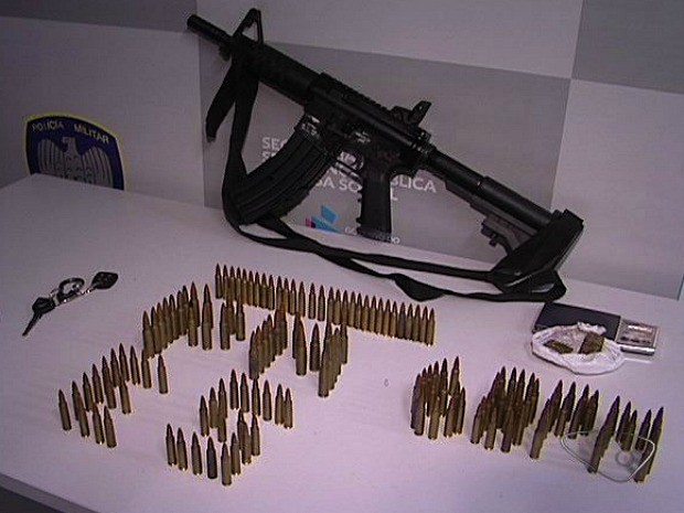 os suspeitos transportavam a arma em uma motocicleta quando foram abordados pelos policiais. (Foto: Reprodução/TV Gazeta)