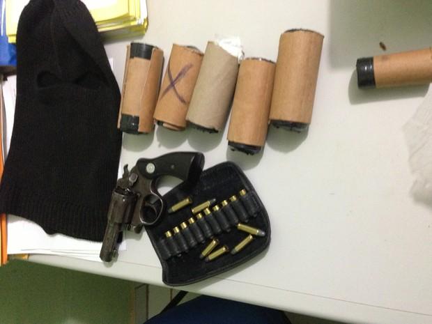 Seis artefatos explosivos de fabricação caseira, um revólver de calibre 38 e várias munições (Foto: Matgeus Zanata, Delegado Regional de Uruçuí)