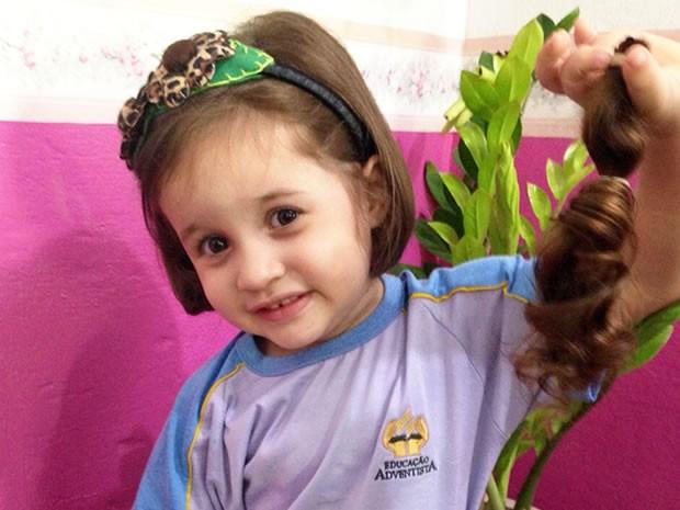 Menina de 3 anos corta o cabelo para doá-lo a crianças com câncer em MT