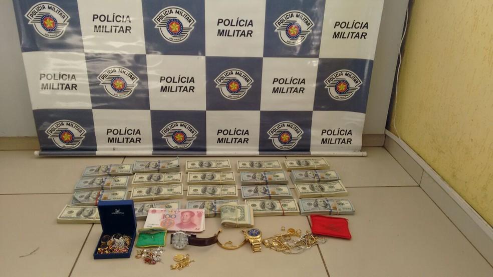 Dupla informou que havia furtado dinheiro em Foz do Iguaçu, diz polícia (Foto: Divulgação/PM Rodoviária)