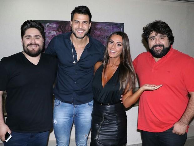 Nicole Bahls e o namorado, Marcelo Bimbim, com a dupla Cesar Menotti e Fabiano em show na Zona Sul do Rio (Foto: Fred Pontes/ Divulgação)