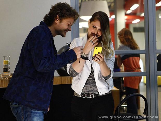 Júlia mostra o vídeo do teste para Edu (Foto: Sangue Bom / TV Globo)