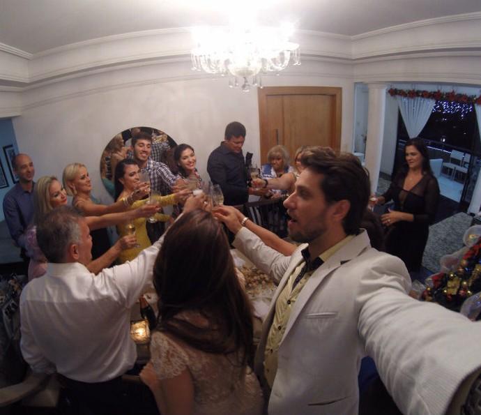 Familiares brindam com os noivos (Foto: Arquivo pessoal)
