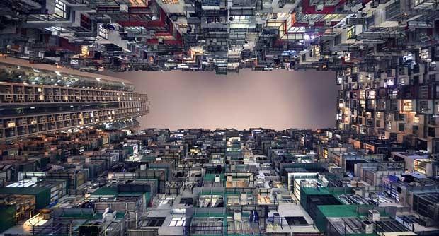 Fator comum entre todos os arranha-céus de Hong Kong é a sensação de 'êxtase e espanto' que eles provocam quando olhamos para cima, diz o fotógrafo (Foto: Romain Jacquet-Lagrèze)