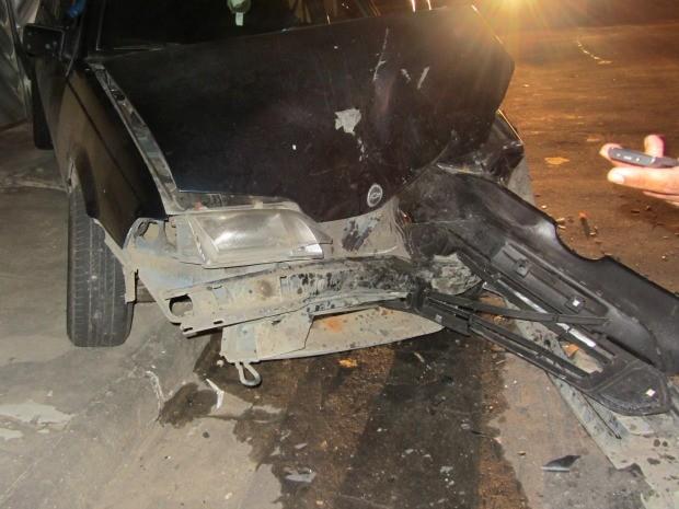 Carro colidiu contra portão de residência (Foto: Divulgação)