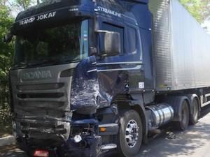 Condutor da carreta não teve ferimentos (Foto: Fernandez Fernandes/Blog do Sigi Vilares)
