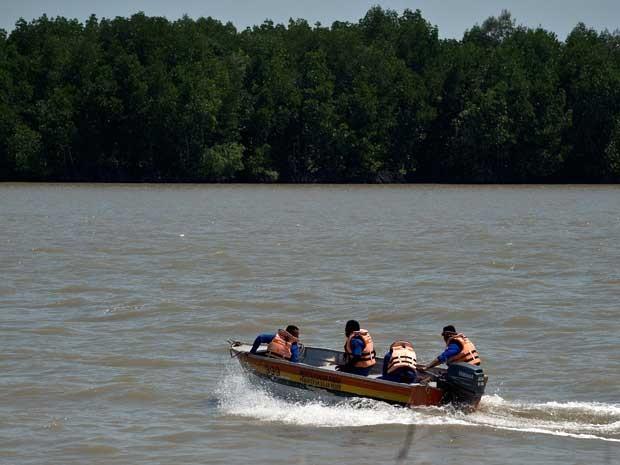 Equipe de salvamento da Malásia parte em operação de busca nos arredores de Banting. (Foto:  Manan Vatsyayana / AFP Photo)