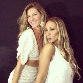 Valesca Popozuda e Gisele Bündchen na SPFW: beijinho no ombro (Foto: Instagram/ Reprodução)