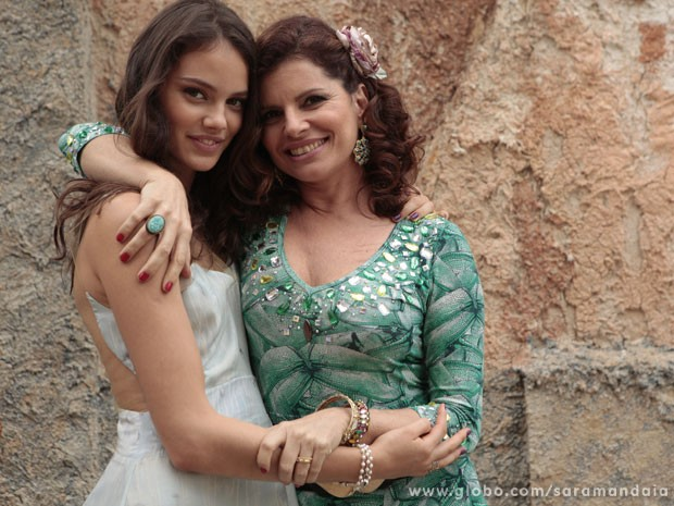 Laura Neiva e Débora Bloch repetem parceria como filha e mãe  (Foto: TV Globo/ Saramandaia)
