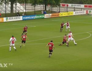 Bergkamp gira sobre a marcação antes de fazer gol em jogo de veteranos do Ajax