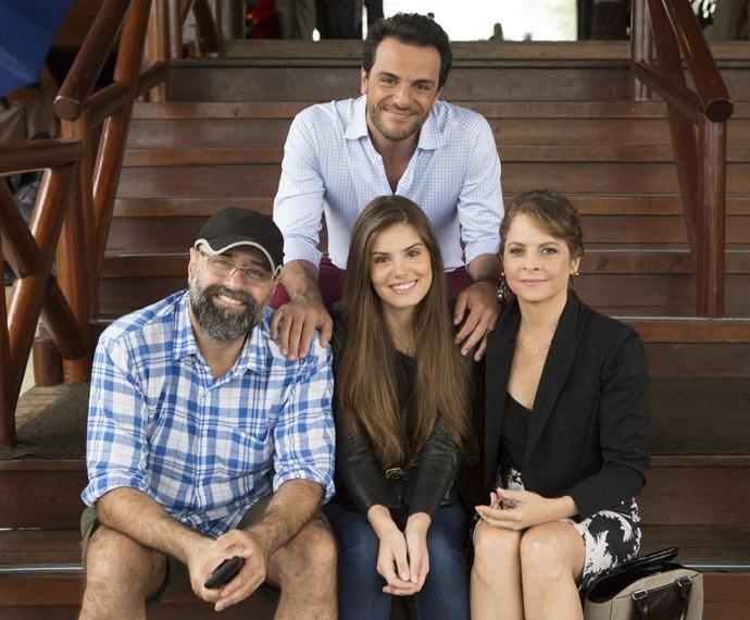 Camila Queiroz, Drica Moraes e Rodrigo Lombardi com Mauro Mendonça Filho (Foto: Felipe Monteiro/Gshow)