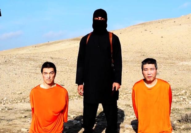 Vídeo divulgado pelo Estado Islâmico (EI) mostra jihadista ameaçando matar reféns japaneses em 20 de janeiro de 2015 (Foto: Reprodução/YouTube)