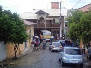 van escolar invade a garagem de uma casa na Alameda Senhora de Fátima, no Bairro Cabrais, em Oliveira MG (Foto: Tulio Vieira/Arquivo pessoal)