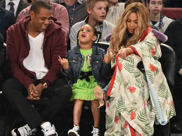Beyoncé e Jay-Z com a pequena Blue Ivy em jogo de basquete em Nova Orleans, nos Estados Unidos (Foto: Theo Wargo/ Getty Images/ AFP)