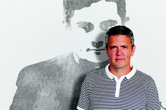 EM PUNTA  Rozenblum em frente a uma montagem com a foto de Moro (Foto: Montagem DE ILUSTRAÇÃO DE MORO sobre foto de ACERVO PESSOAL)