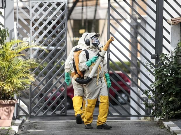 Agentes da Vigilância Ambiental atuam no combate à dengue no bairro da Vila Mariana, na zona sul de São Paulo (Foto: Alê Frata/ Estadão Conteúdo)