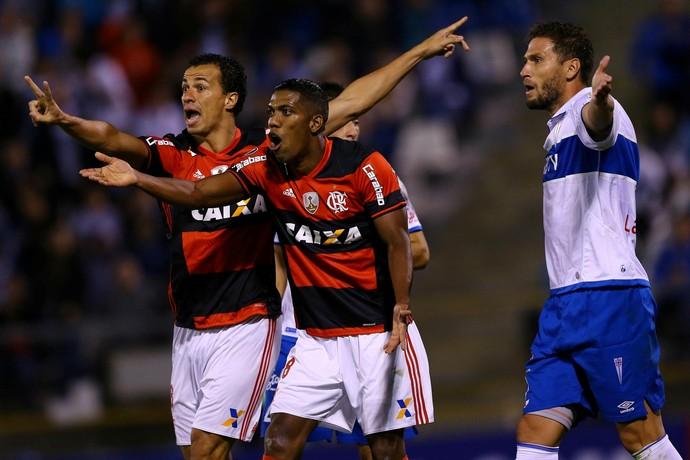 Leandro Damião e Berrío - Universidad Católica x Flamengo (Foto: REUTERS/Ivan Alvarado)