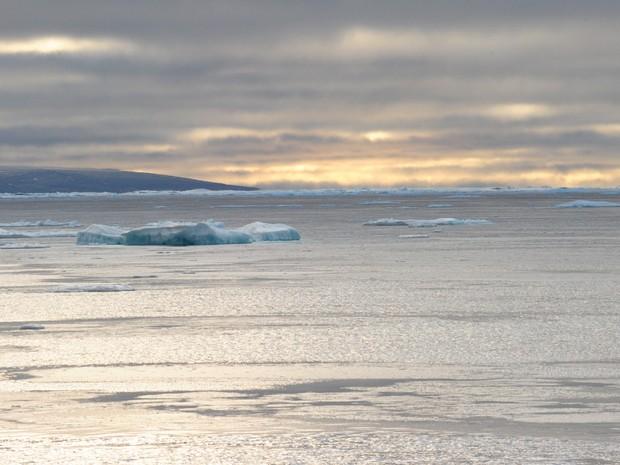 Foto de serembro de 2015 mostra pedaços de gelo flutuando no Ártico  (Foto: Clement Sabourini/AFP)