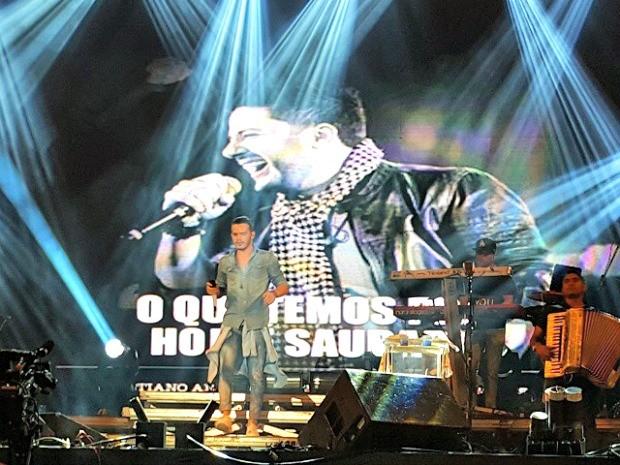 Matheus Fernandes homenageia Cristiano Araújo em show no São João de Fortaleza (Foto: Kiko Barros/ Arquivo Pessoal)