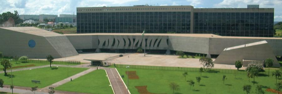 Fachada do STJ, vista do TST (Foto: Luis Dantas / Wikimedia Commons)