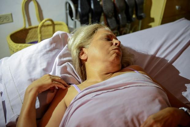 A dissidente cubana Marta Roque em sua casa durante greve de fome pela libertação de companheiro (Foto: Adalberto Roque / AFP)