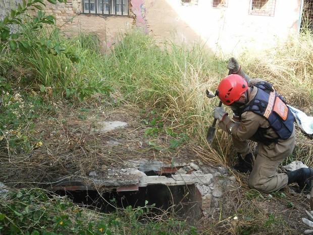 Corpo de Bombeiros tenta quebrar estrutura de concreto para retirar o corpo (Foto: Lucas Leite/G1)