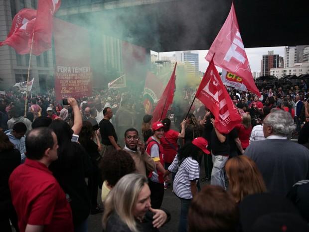 Manifestantes fazem ato contra o governo Temer na Paulista neste domingo (Foto: Fábio Tito/G1)