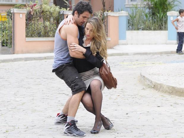 Ulisses acompanha Vânia até o táxi e ela acaba tropeçando (Foto: Guerra dos Sexos/ TV Globo)