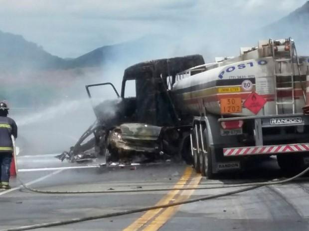 Acidente deixou quatro vítimas carbonizadas (Foto: Divulgação / Corpo de Bombeiros)