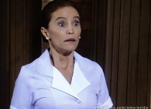 Bú! A empregada toma o maior susto ao ver Atílio de volta (Foto: Amor à Vida / TV Globo)