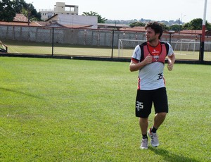 João Paulo, meia do Atlético-GO (Foto: Daniel Mundim)