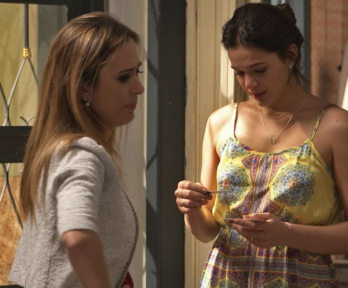 A esposa de Ben anuncia a novidade para Danda (Foto: TV Globo)
