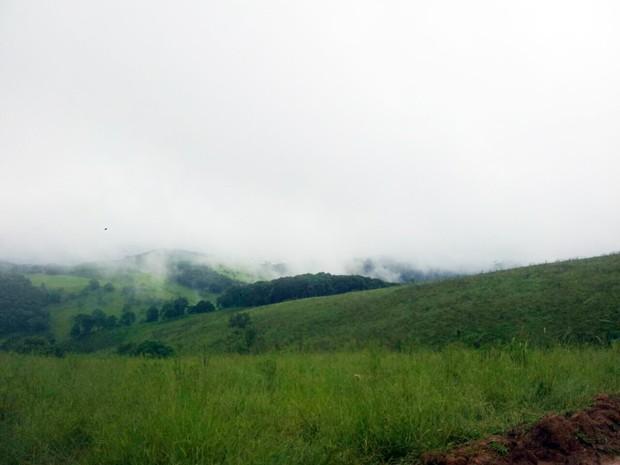 Aeronave cai em área de difícil acesso na zona rural de Bueno Brandão (Foto: Daniela Ayres / G1)