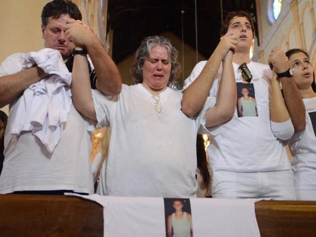 Familiares de estudante Victor Hugo Deppman, 19 anos, morto na última terça-feira (9), em um assalto na zona leste de São Paulo, fazem uma manifestação pela paz na igreja do Largo São José do Belém na manhã deste sábado (13). (Foto: Tércio Teixeira/Futura Press/Estadão)