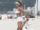 Lucilene Caetano corre de shortinho em praia do Rio