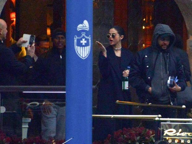 Selena Gomez e The Weeknd em Veneza, na Itália (Foto: AKM-GSI/ Agência)