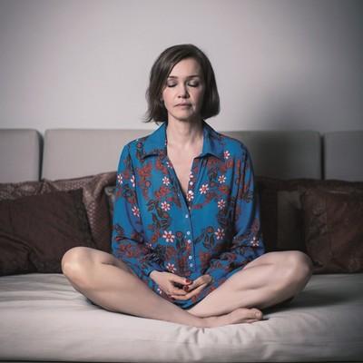 A atriz Julia Lemmertz em meditação. Ela diz que a prática ajuda a clarear a mente (Foto: Stefano Martini/ÉPOCA)