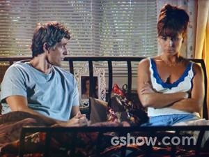 Clara conta para Cadu a ideia de Marina (Foto: Em Família/ TV Globo)