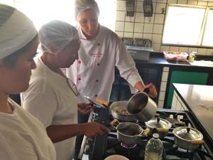 Alessandra Barros prepara prato do Festival Motel Gastronomia, em Aparecida de Goiânia, Goiás (Foto: Luísa Gomes/G1)