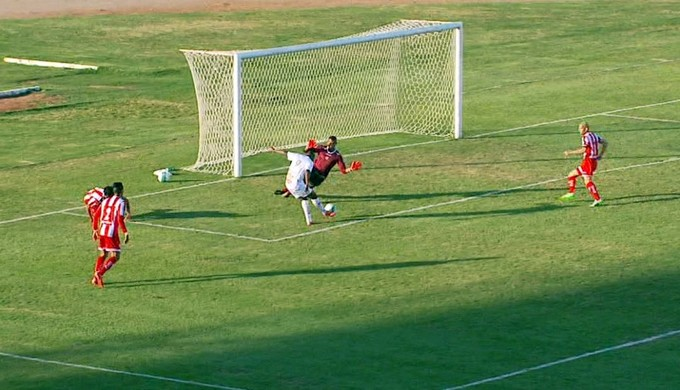 Ricardinho bate para marcar para o Boa sobre o Mogi (Foto: Reprodução EPTV)
