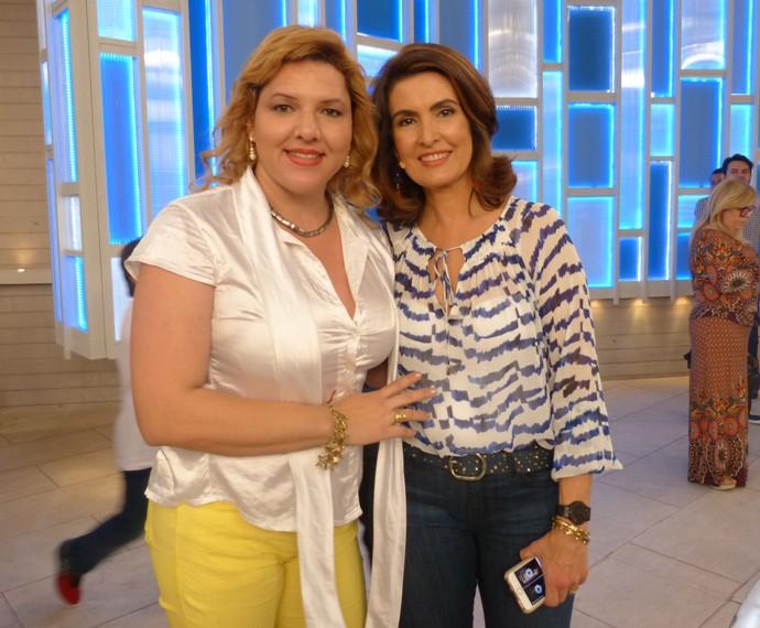 Com uma das convidadas (Foto: Viviane Figueiredo Neto / Gshow)