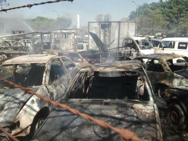 Incêndio em pátio de São José destrói cerca de 50 carros (Foto: Renato Ferezim/G1)