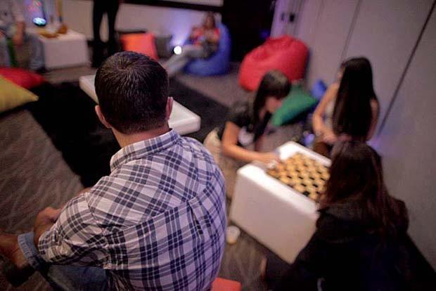 Aspirantes a BBB convivem no lounge da seletiva  (Foto: Gshow)