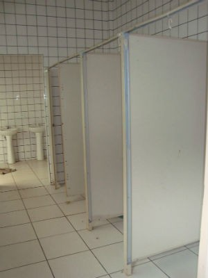 Sanitários da escola estão sem portas há aproximadamente um ano, diz diretora (Foto: Juninho Queiroz)